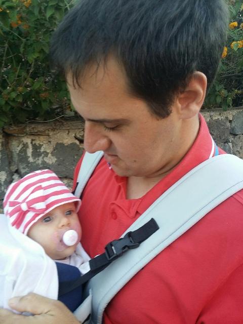 Lo sguardo innamorato di papà Lica alla piccola Arianna