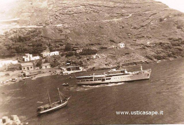 Porto con la Nuova Ustica e il veliero di Pitruzzella