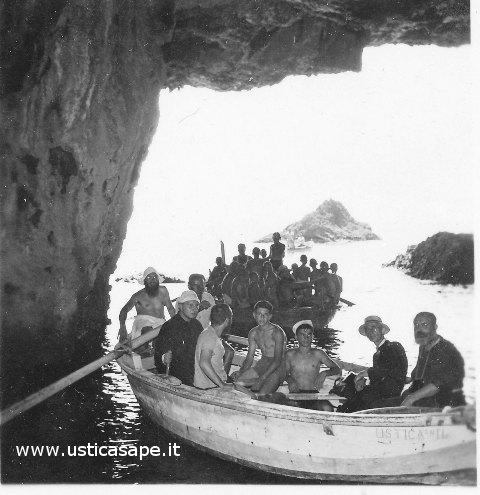Ustica, giovani dell'Azione Cattolica in visita alle grotte
