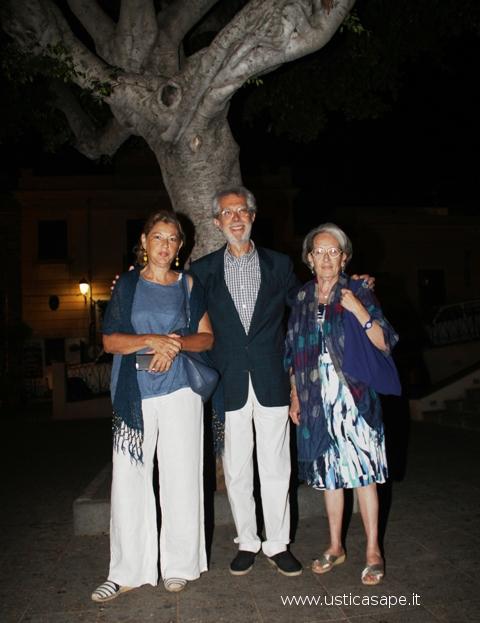 Franco Foresta Martin co le due cugine in attesa dell'apertura della cripta
