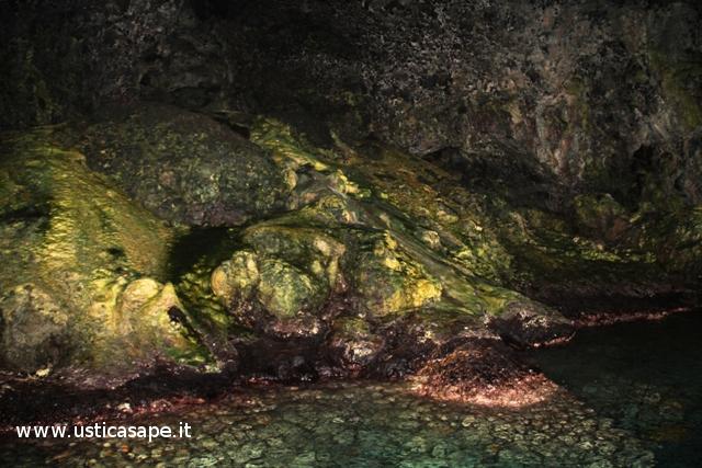 Ustica, pittoresca foto interno grotta azzurra