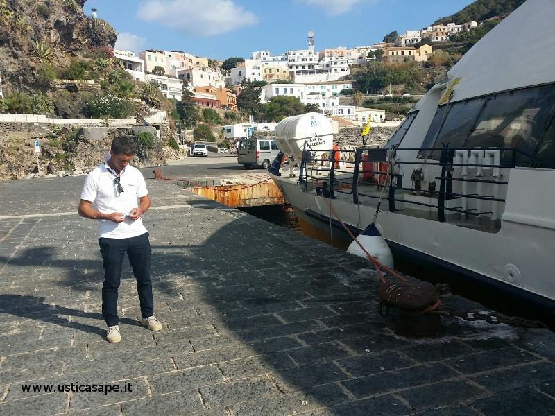 Controllo biglietti prima della partenza con catamarano