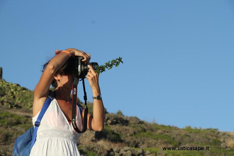 Ustica, ragazza con il ramoscello