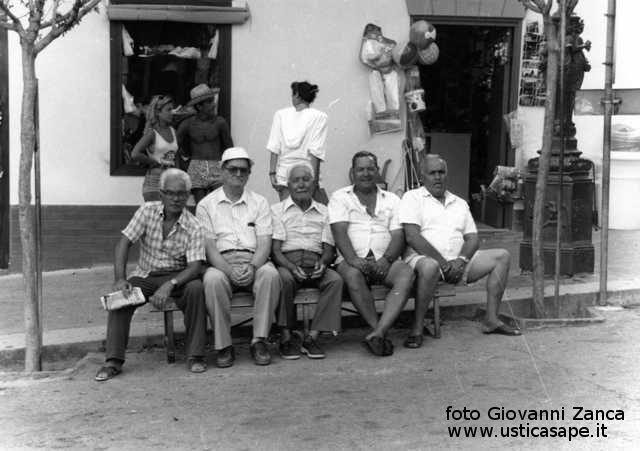 Ustica, la panchina dei pensionati