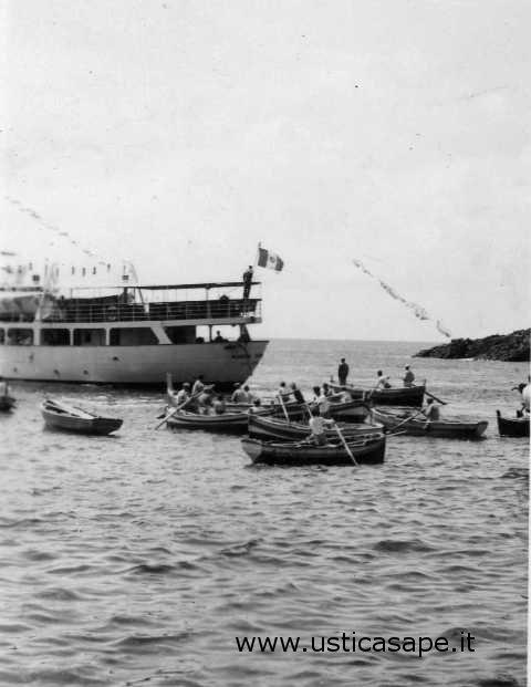 Ustica, barche in attesa sbarco passeggeri da nave in rada