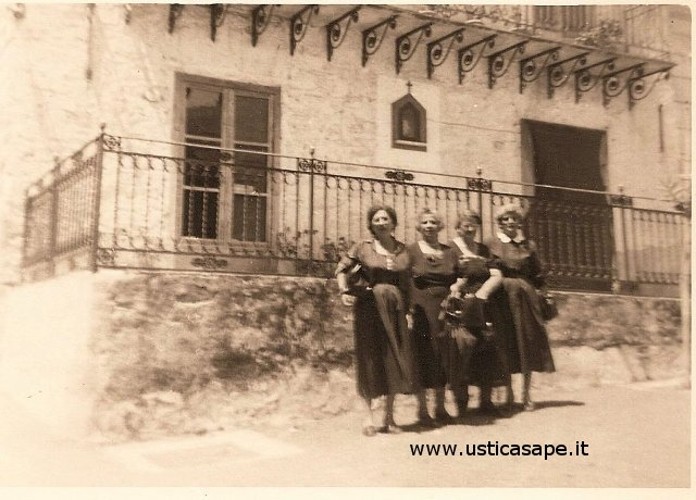 Ustica, foto davanti casa Giacino