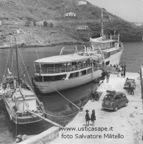 Ustica, sbarco passeggeri con passerella