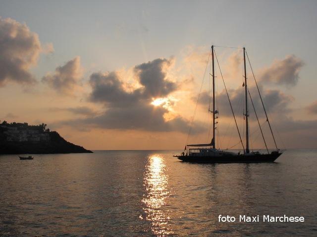 Ustica, Alba sul porto