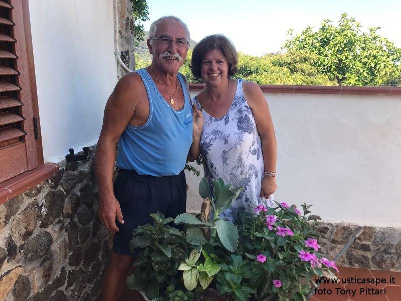 Pino e Mariuccia con la rarriola con piante