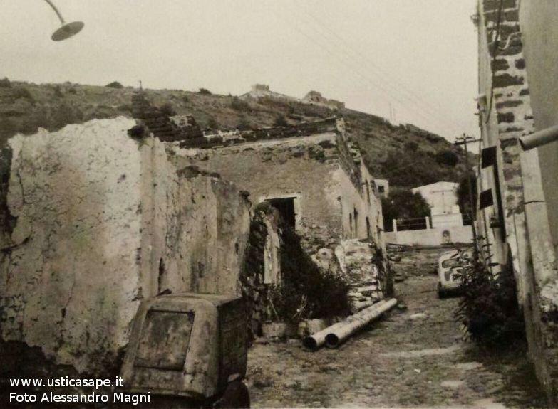 Ustica, vecchi ruderi in via Calvario