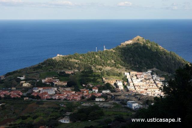 Ustica, paese visto dalla montagna