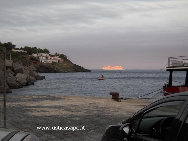 Ustica, villaggio pescatori con nave da crociera