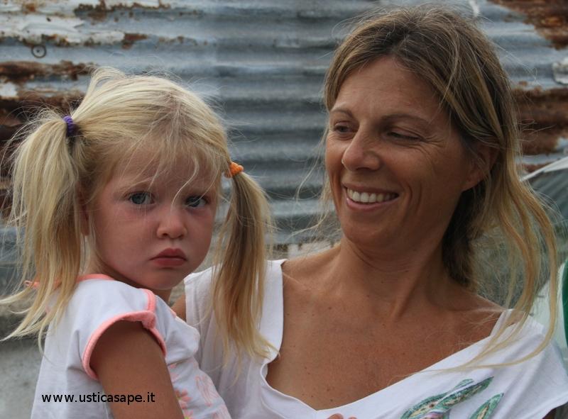 La serietà della bambina e il sorriso della mamma