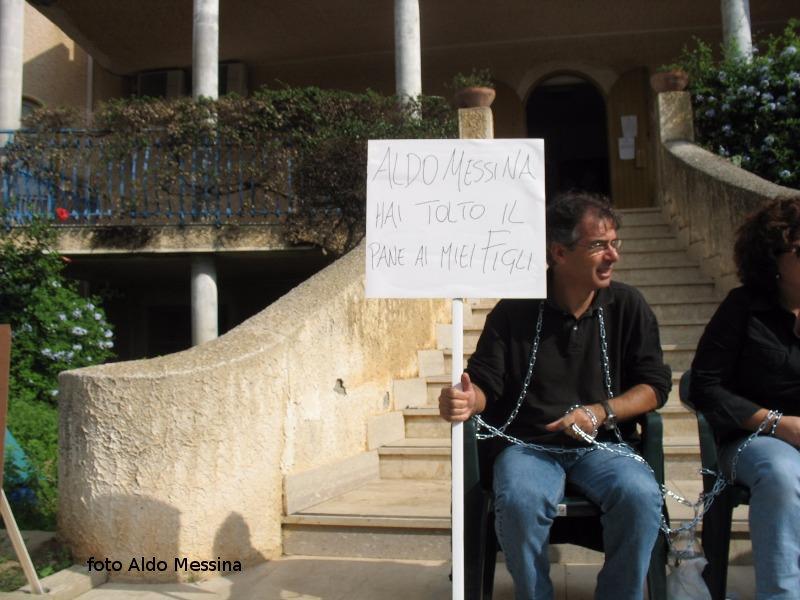 Protesta davanti al comune di Ustica per la riassunzione all'AMP