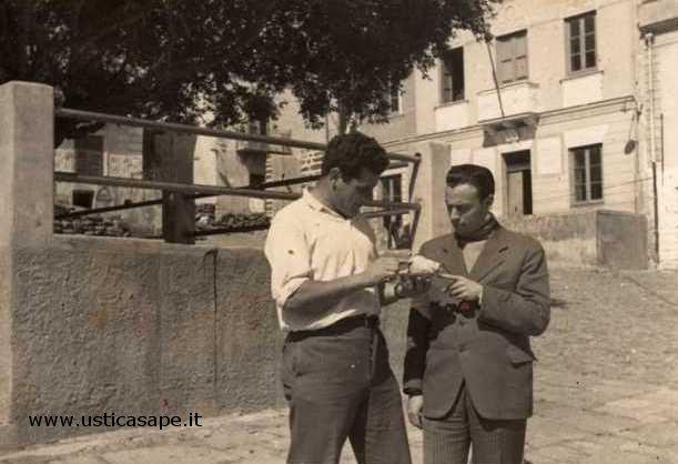 Ustica, Camillo mostra ad Uccio Tranchina una conchiglia da richiamo