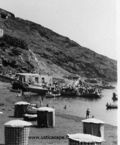 Ustica, arrivo turisti - ombrelloni sulla spiaggia