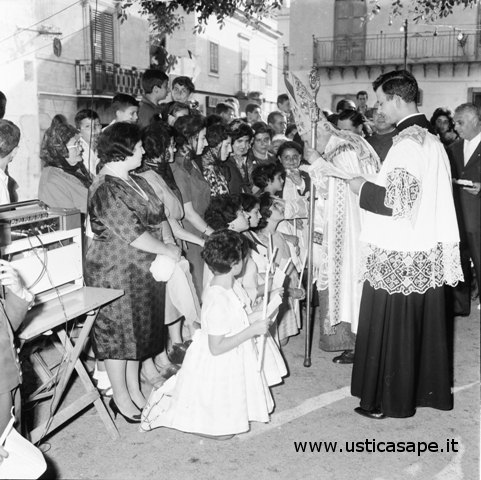 Ustica, il cardinale Ernesto Ruffini somministra la Cresima