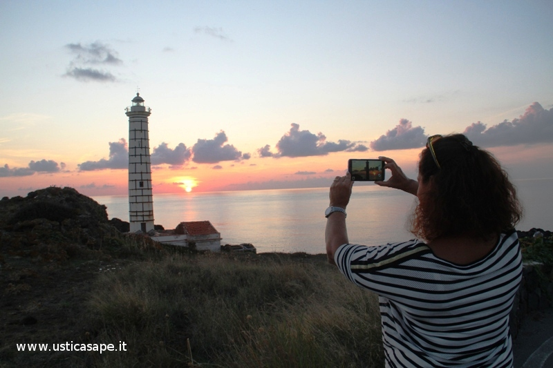 Ustica dal faro di Punta Spalmatore, doppia foto al tramonto