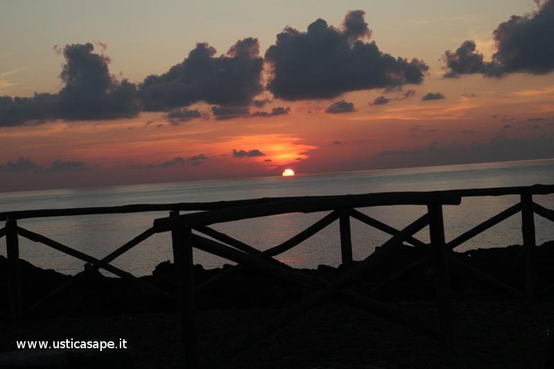 Ustica, tramonto dietro la staccionata