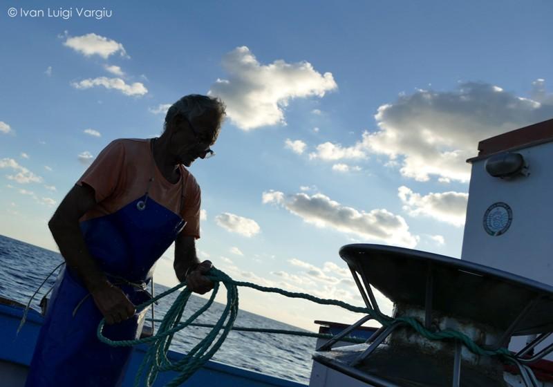 Pescatore, Ninì D'Angelo intento a tirare le nasse