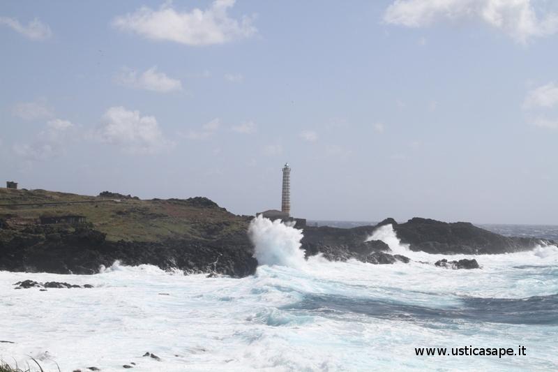 Ustica fato Punta Cavazzi, mare molto mosso