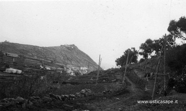 Ustica, strada del boschetto con lo sfondo la Falconiera