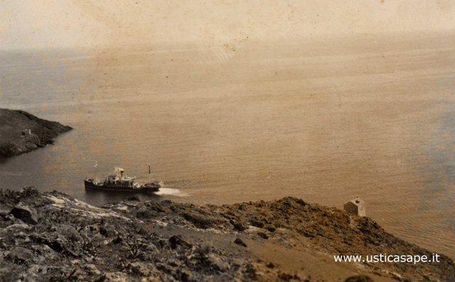 Ustica vecchia foto, nave in manovra