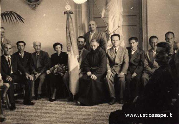 Gruppo uomini Azione Cattolica foto ricordo con Padre Carmelo