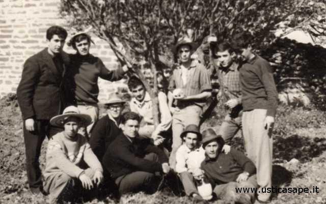 Giovani di Ustica, una gita in campagna quando era un piacere stare insieme
