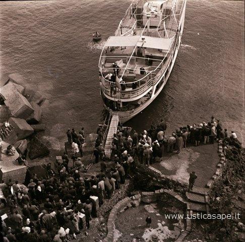 Ustica, Turisti della domenica in attesa dell'imbarco