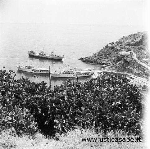 Ustica, due navi per la gita domenicale