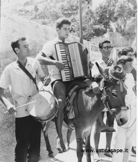 Ustica, i turisti venivano accolti con la musica