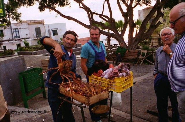 Mercatino del pesce, pescatore mostra granseola ancora viva
