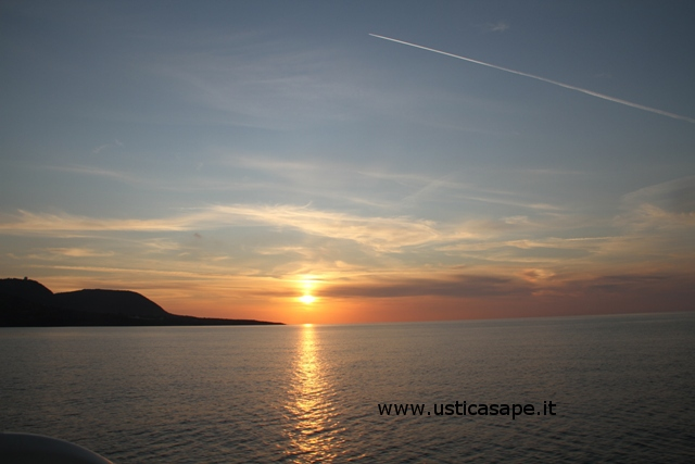 Ustica, alba vista dal mare ritornando da una battuta di pesca