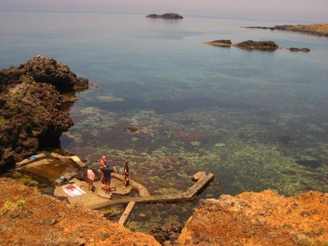 Ustica, bagnanti a Cala Sidoti