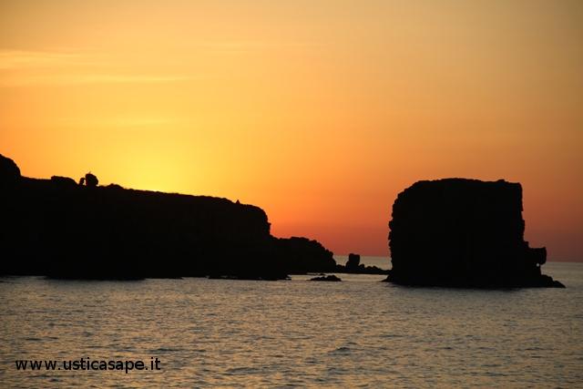 Ustica faraglioni, luminoso tramonto