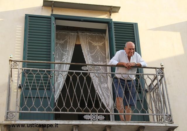 Giulio assiste ai lavori in piazza