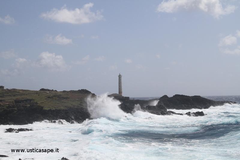 Faro punta Cavazzi, mare molto mosso