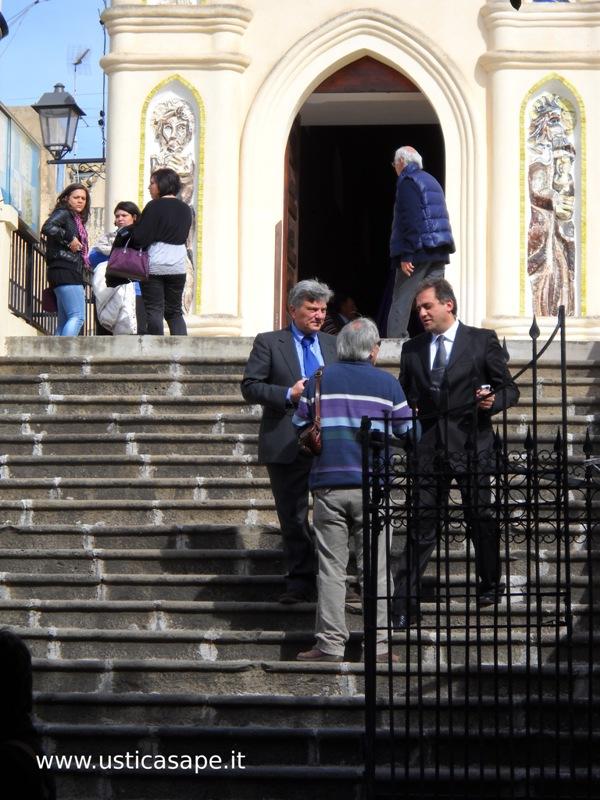 Accordo politico sui gradini della chiesa  per intercessione  del  Santo Patrono