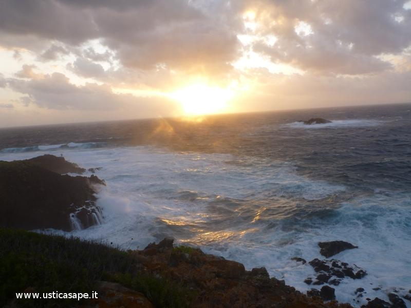 Ustica, tramonto con mare mosso