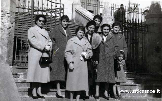 Ustica, foto all'uscita della Messa domenicale (02-1959)