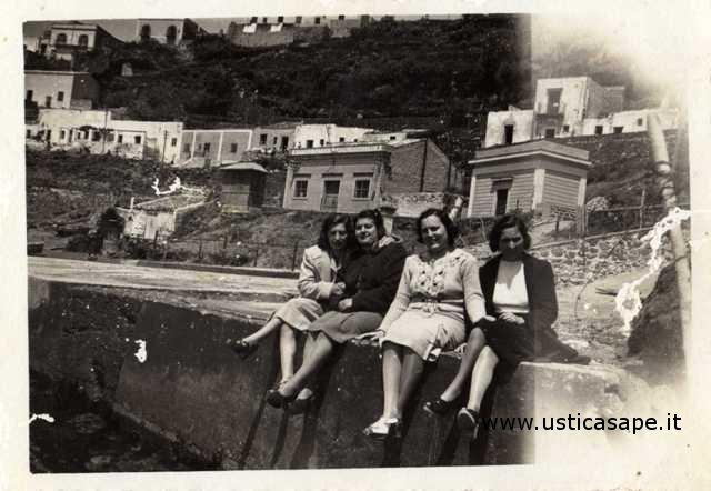 Quattro amiche in attesa della nave