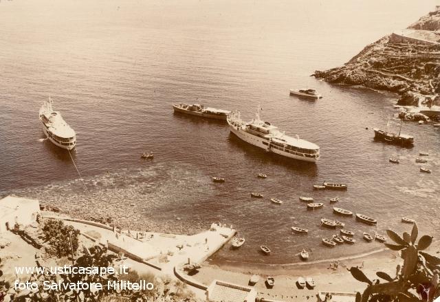 Cala santa Maria ancora senza banchine e navi in rada