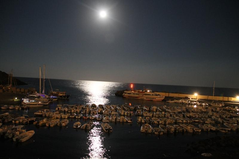 Una giornata di luna piena ad Ustica in Agosto