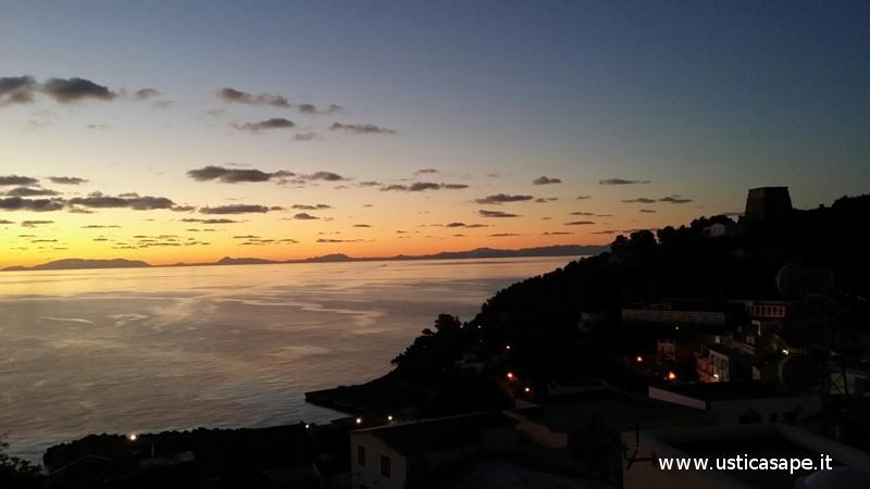 Ustica, albeggiare con montagne Sicilia
