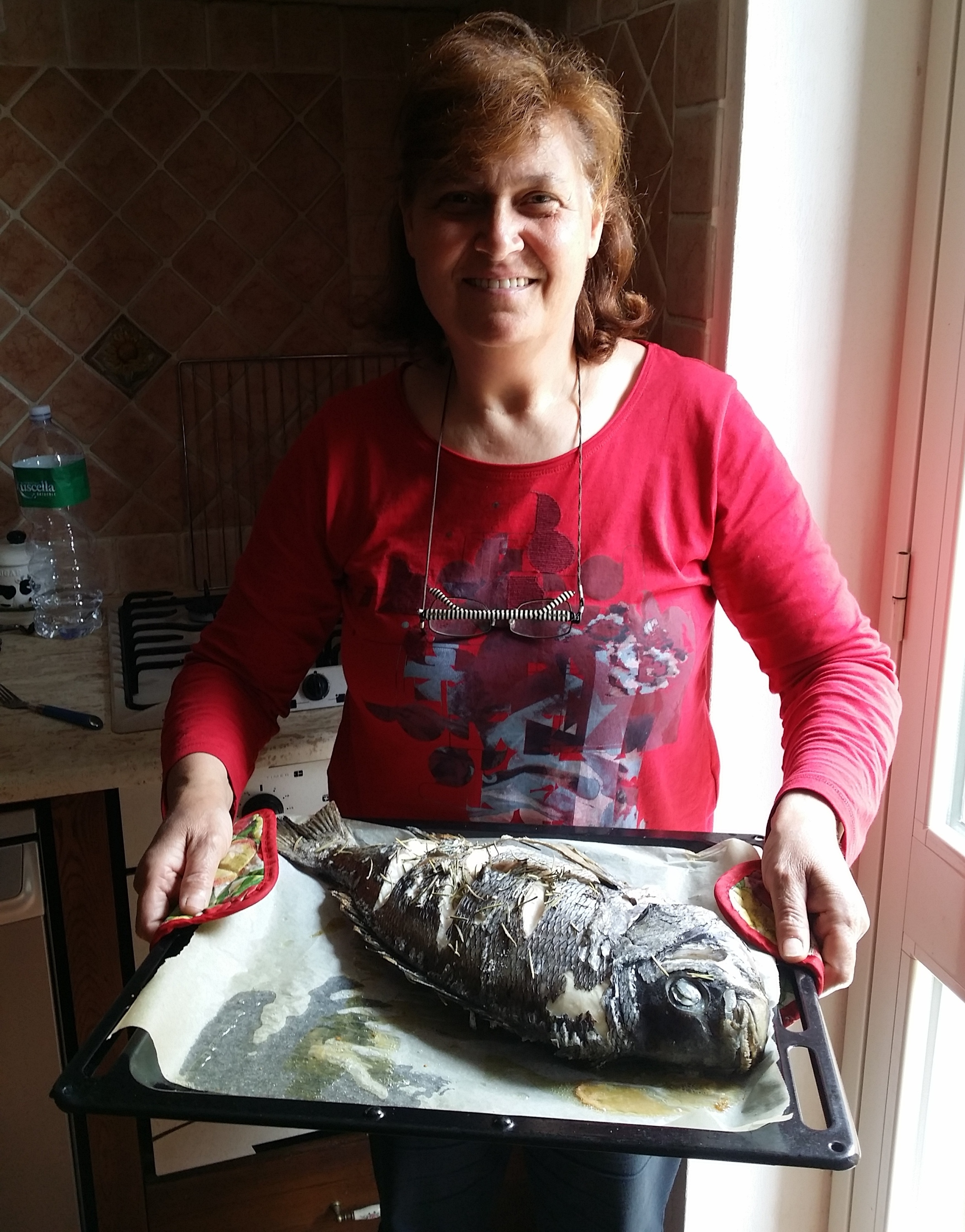 Daniela da Velletri prepara ad Ustica una mupa al forno