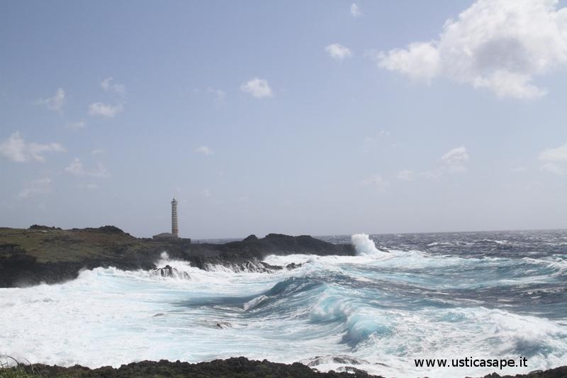 Ustica Faro Punta Cavazzi, mare mosso zona Cimitero e Faraglioni