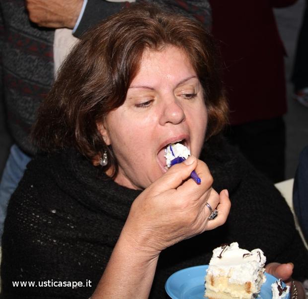 Un modo disinvolto di aggredire una fetta di torta