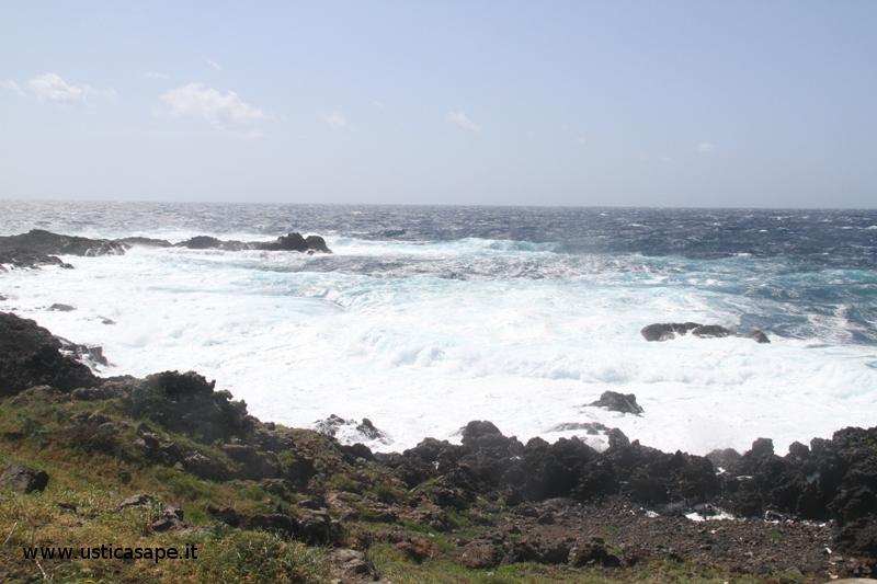 Ustica, mare molto mosso solarium Torre Punta Spalmatore