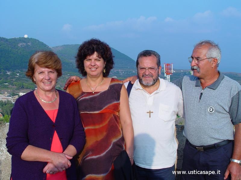 Foto ricordo con Padre Alessandro Manzone
